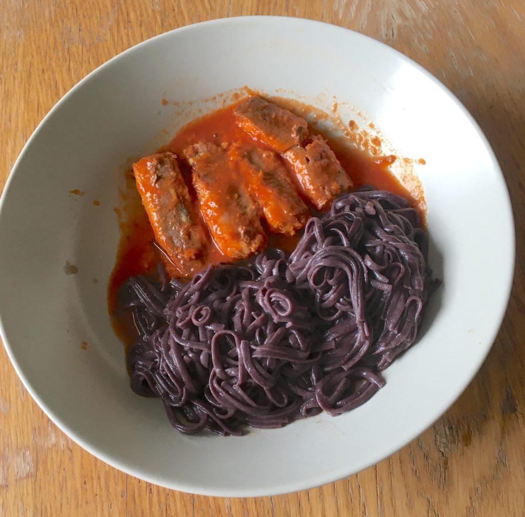 svart ris nudlar o sardiner i tomatsås